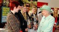 英女王与中央兰开夏学生