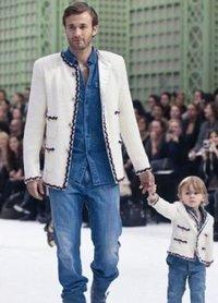 美国超级男模Brad Kroenig和儿子一起为Chanel 2011春夏秀场走秀!两人穿的都是Chanel品牌的花呢外套,不过一个是大版,一个是Q版,超级可爱的父子组合。