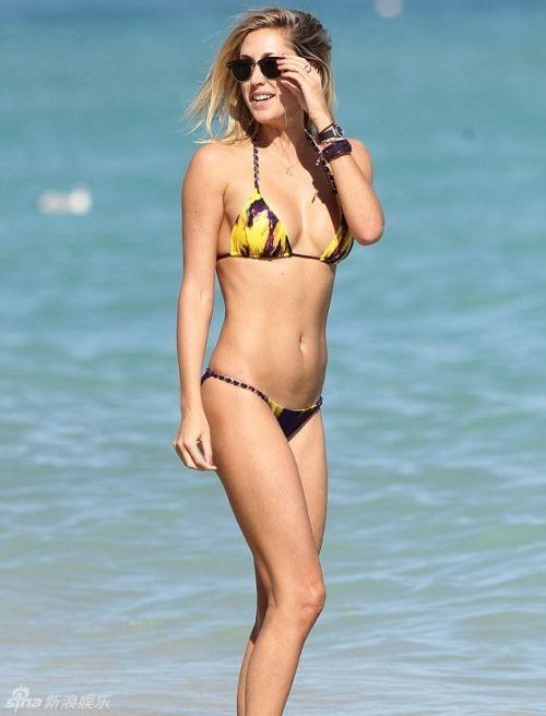 名模斯托纳比基尼戏水 美胸长腿惹火 著名模特劳伦-斯托纳来到海边