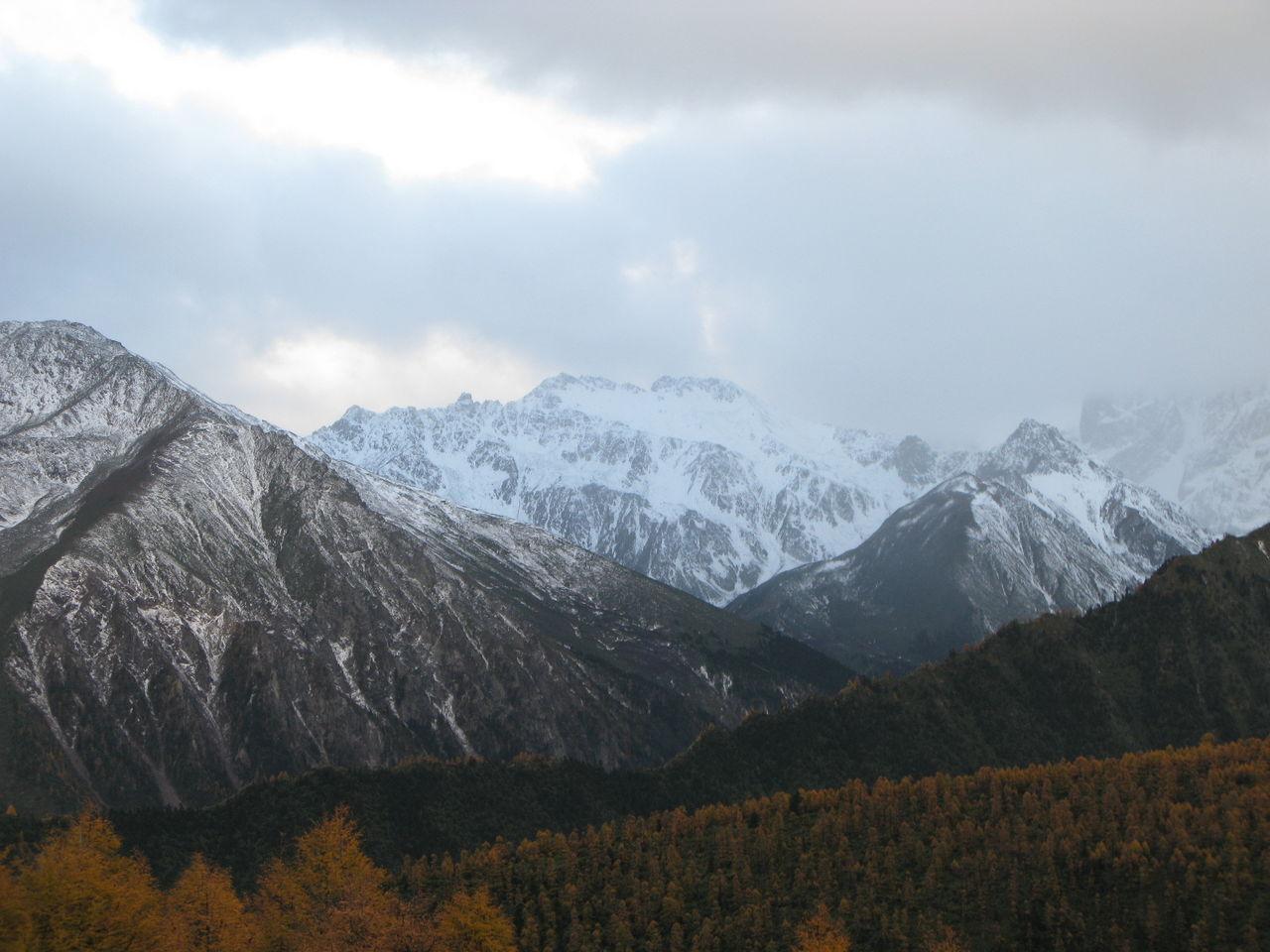 白茫雪山位于金沙江和澜沧江之间,德钦县境内。 白茫雪山(又名白马雪山)国家级自然保护区位于青藏高原南延部分横断山脉中段、  云岭山脉北段东坡,迪庆州德钦县境内东南部。总面积已扩至27万公顷,为云南最大,以保护滇金丝猴等野生动物和丰富的高山植物等为目的。山峰最高为扎拉雀尼峰,海拔6540米;最低为霞若乡,海拔2080米,气候垂直差异很大,形成立体感极强的气候特征和值被类型。 在横断山脉的茫茫林海中,掩映着一座座气势磅礴的雪山。这里是著名的国家级自然保护区,在它高远广阔的胸怀里,滇金丝猴、云豹等许多珍禽异兽和