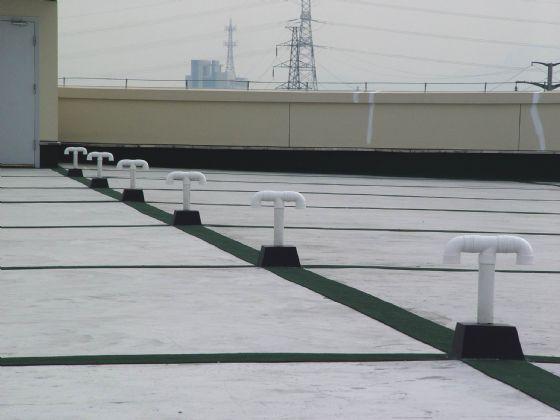 其它突出屋面的结构物四周均应设置分格缝.