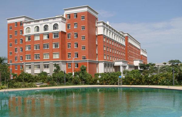 正如楼上所说,海南职业技术学院确实不行,虽说是公立,但很多硬件设施