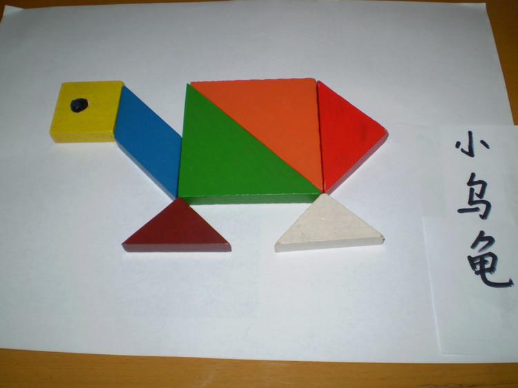 民间传统智力玩具。 明《丹铅总录》;九连环,两者互相贯为一,行得关捩,解之为二,又合二为一。清代十分流行。当时的九连环,采用金属丝制成圆形,小环九枚,九枚相连,套在条形横板或各式框架上,其框柄有剑形、如意形、蝴蝶形、梅花形等,各环均以铜杆与之相接。玩时,依法使九环全部连贯于铜圈上,或经穿套全部解下。后来采用铜或铁制作。其解法多种多样,可合可分,变化多端。 近人徐珂《清稗类钞》记其解法;欲使九环同贯于柱上,则先上第一环,再上第二环,而下其第一环,更上第三环,而下其第一、二环,再上第四环,而下其第一环,再