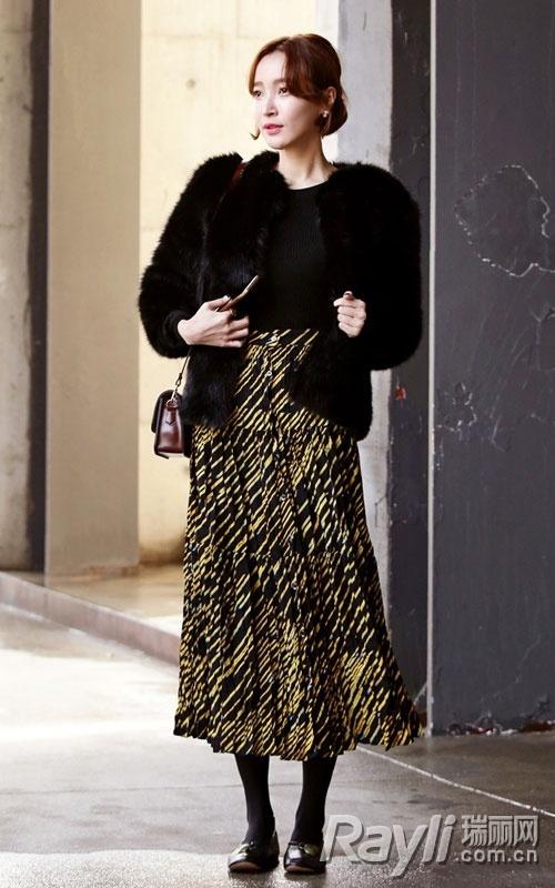 搭配皮草的裙子_黑色针织衫搭配黑色皮草和碎花半身长裙