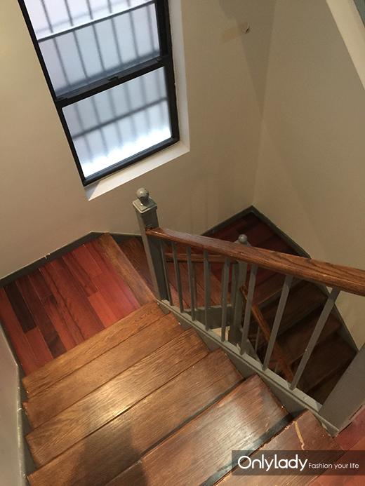 旋转楼梯虽然没有欧式建筑的豪华但也很气派哦!