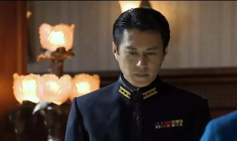 张大佛爷霸气邪魅、杨洋根正苗红、靳东正义凛然,男神们的军装诱惑,你抵挡住了吗?