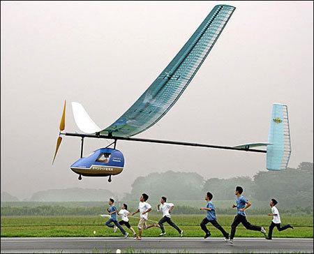 常规固定翼人力飞机不靠车轮推动,而是靠螺旋浆推进飞机前进,因此链条