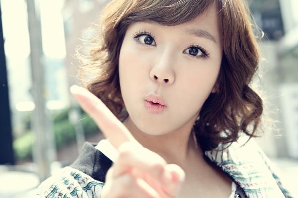 2012年10月11日推出第一张迷你专辑《LOOK AT ME》。同年与表惠美出演MBC电视剧《Stand By》。同年出演tvN电视剧《请回答1997》剧中饰演成宋珠。 2013年7月5日发行数位单曲《HOT & COLD》。[2]同年出演SBS电视剧《爱情与战争2偶像版》,剧中饰演刘恩彩。同年客串电视剧《一丝的纯情》。同年与李沇熹共同出演电视剧《韩国小姐》。 2014年1月24日为某品牌内衣代言,并公开主题为like yes的广告写真。9月16日担任tvN综艺节目《从今天开始上班》